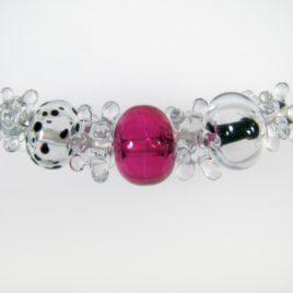 Náhrdelník sdutými perlemi zkřišťálového a rubínového skla